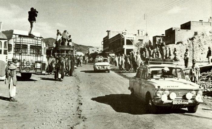 Советская команда «Автоэкспорт» на автомобилях «Москвич-408» проезжает афганскую деревню во время ралли Лондон-Сидней.