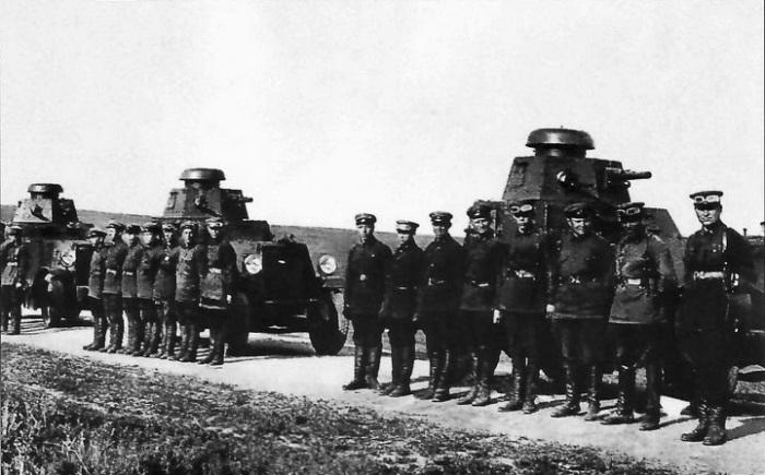 Смотр экипажей первых советских легких бронеавтомобилей БА-27.