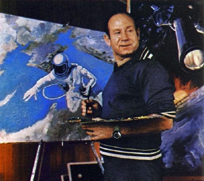 Советский космонавт Алексей Леонов работает над своей картиной под названием «Над Черным морем».