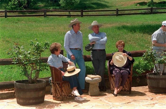 Михаил Горбачев отдыхает на ранчо американского политика Рональда Рейгана в Санта-Барбаре через 5 месяцев после отставки.