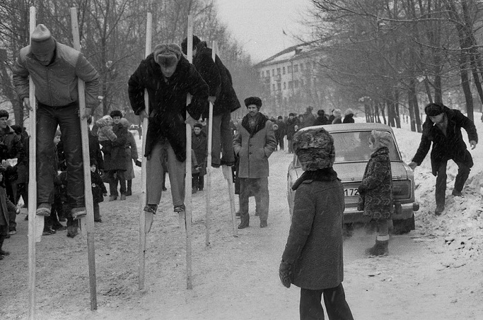 Шахтеры соревнуются на ходулях во время празднования Масленицы в Новокузнецке.