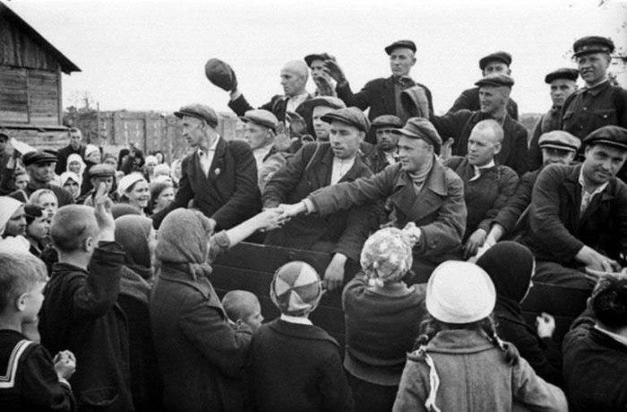 Рабочие прощаются с родными перед отправкой в расположение своих частей Красной армии.