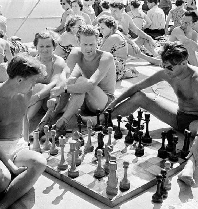 Мужчины играют в шахматы на борту теплохода во время круиза вокруг Европы.