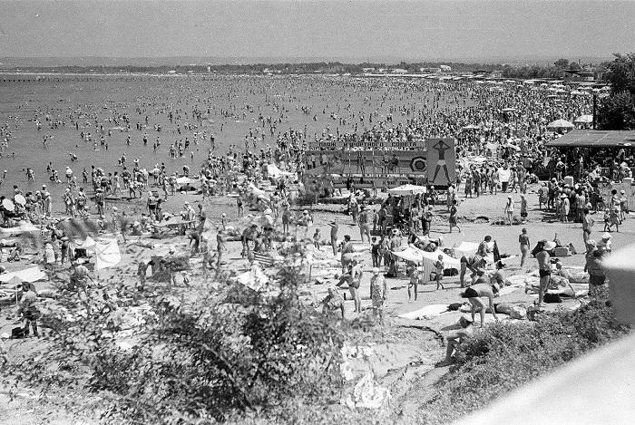 Многочисленные туристы, отдыхающие на городском пляже Анапы.