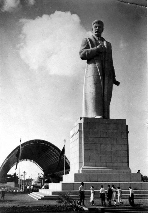 Гигантский 25-метровый памятник Иосифу Сталину на ВСХВ (в теперешнем времени ВДНХ).