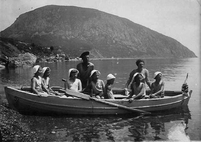 Девочки из 8-го отряда крымского лагеря «Суук-Су» в ожидании морской прогулки.