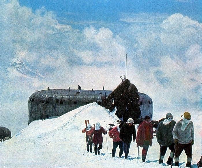Группа покидает гостиницу для альпинистов, расположенную на горе Эльбрус.