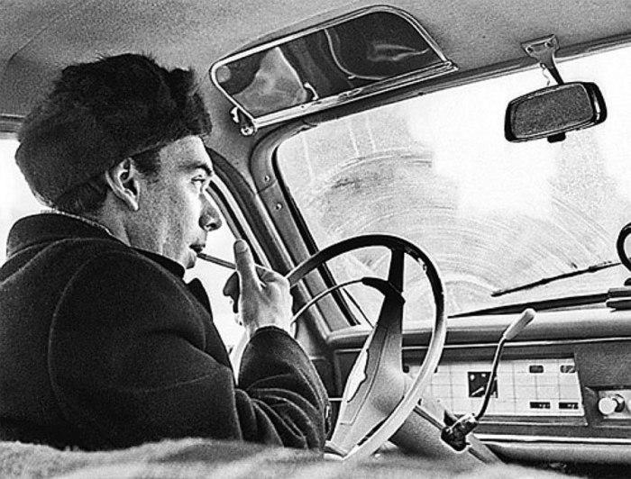 Советский актер Алексей Баталов за рулем своего автомобиля «Москвич».