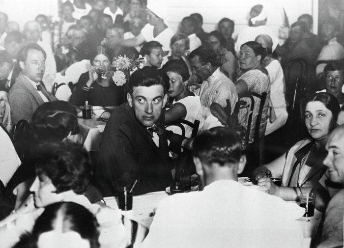 Русский советский поэт Владимир Маяковский на открытии столовой Дома отдыха работников искусства.