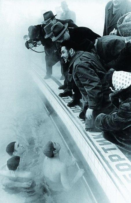 При посещении бассейна «Москва» Эрнесто «Че» Гевара был удивлен, что люди купаются, не смотря на холодное время года.