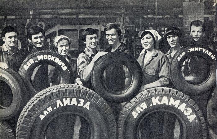 Работники Нижнекамского шинного завода демонстрируют выпускаемые изделия – автомобильные шины.