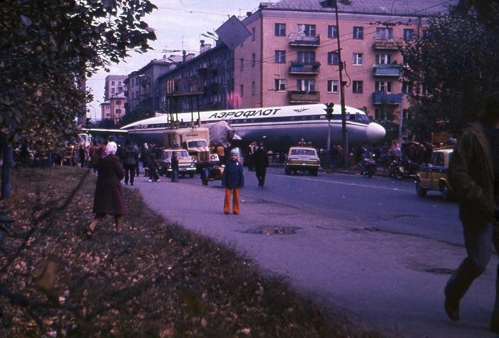 Улица Малышева в Свердловске, через которую пассажирский самолет Ил-18 транспортировали в парк Энгельса.