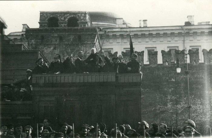 Иосиф Сталин и Клара Цеткин посетили Парад пионеров состоявшийся на Красной площади в Москве.