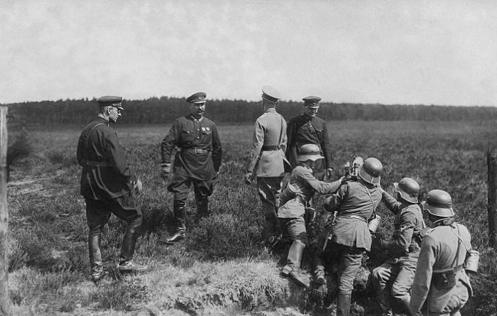 Комкор Михаил Калмыков (с усами) вместе с другими командирами на учениях рейсхавера в Германии.