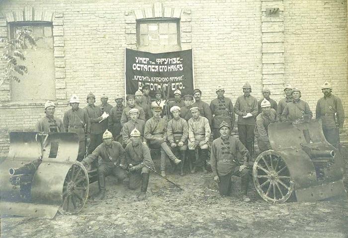 Отряд рабоче-крестьянской Красной армии, вооруженный 76-мм горными пушками системы «Данглиз-Шнейдер» образца 1909 года.