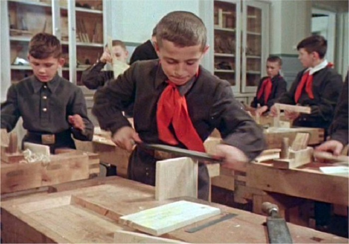 Ребята обучаются столярному мастерству.