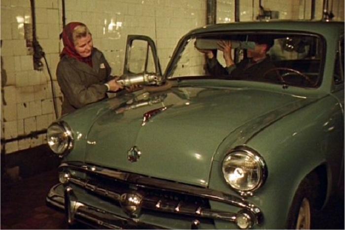 Полировщица Мария Савина придаёт лоск новой машине.