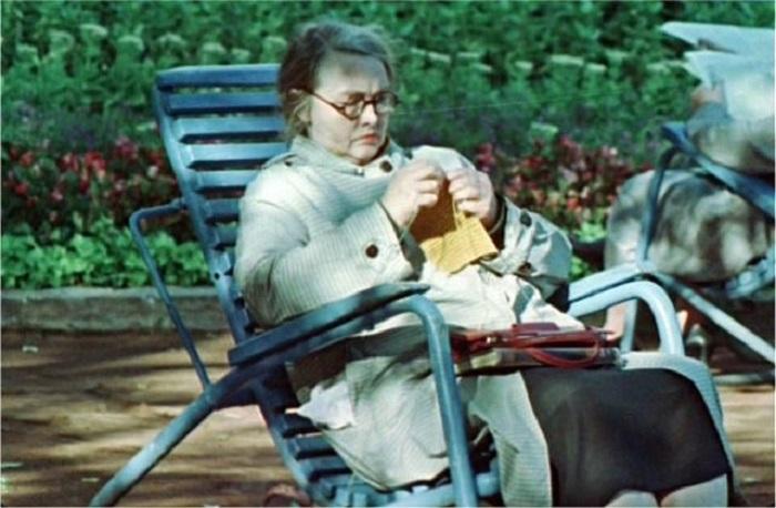 Раньше в скверах бабушки часто занимались и рукоделием.