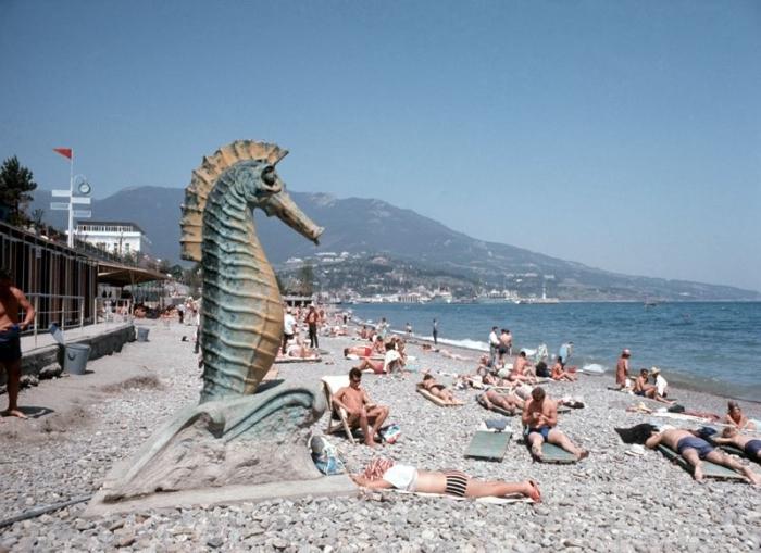 Скульптура морского конька как будто наблюдает за порядком на пляже– такой вот советский ландшафтный дизайн.