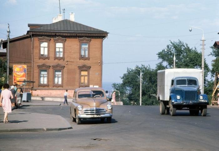Одна из ялтинских улиц – люди, ожидающие автобус, и немногочисленные автомобили.