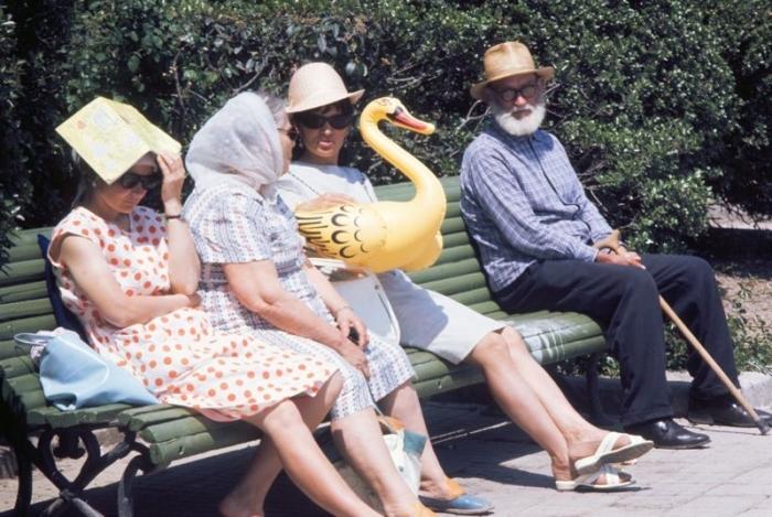 Просто беседующие люди – ни телефонов, ни селфи для социальных сетей, только надувной желтый лебедь.