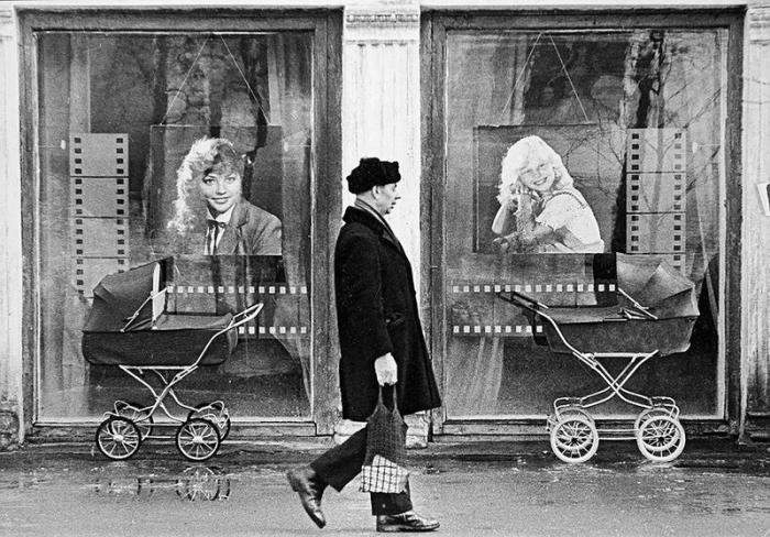 Мамочки пока фотографировались, оставили коляски возле витрин, чтобы было лучше видно.