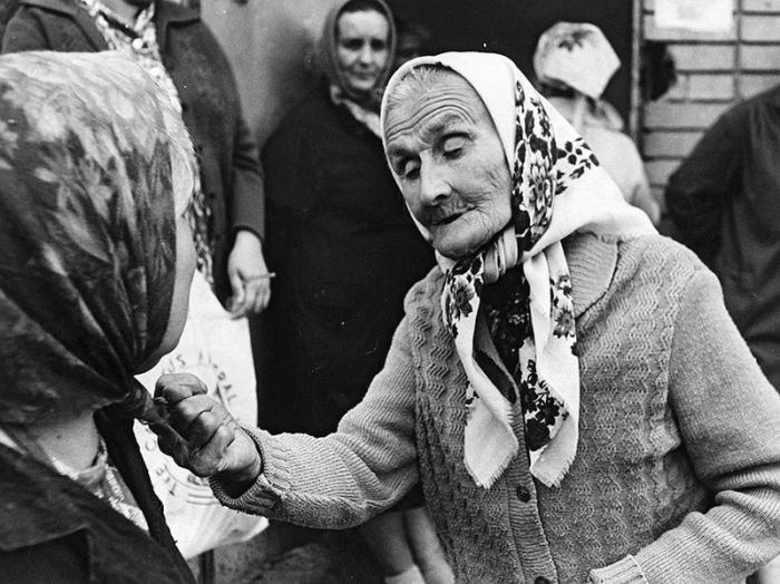 Две бабули объясняются только на им понятном языке.