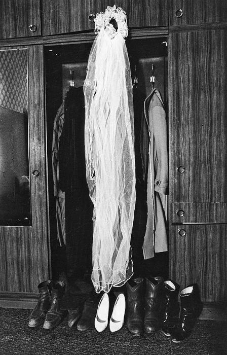 Свадебная фата невесты тоже нашла себе место в раздевалке.