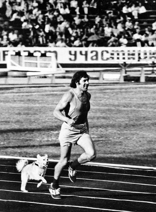 Победный круг легкоатлета в сопровождении пса.