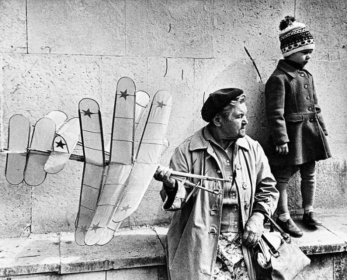 Бабушка с внучкой продают самодельные самолеты для поддержания бюджета.