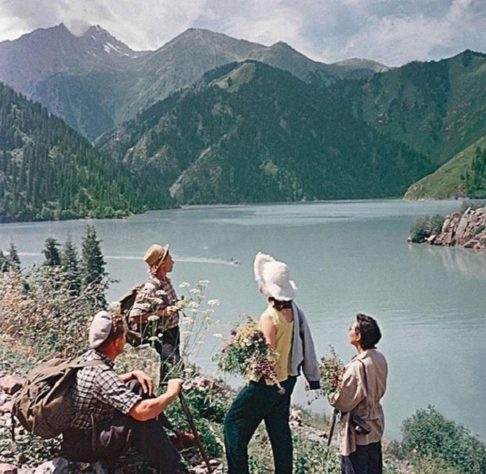 Туристы на озере Иссык-Куль.
