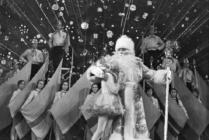 Музыкальный новогодний концерт не обошелся без деда Мороза и его внучки.