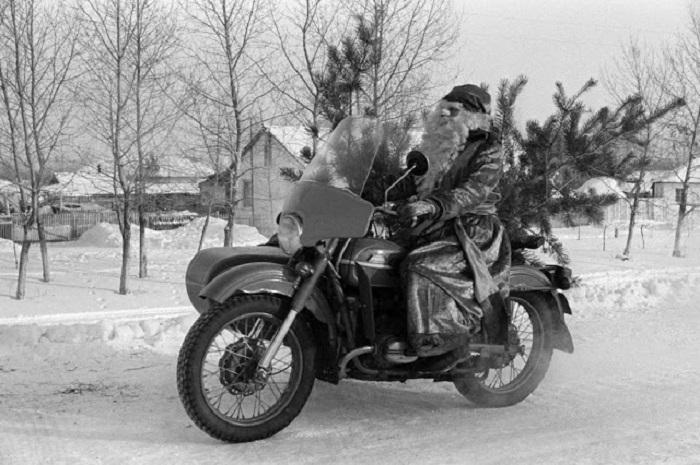 Мороз развозит елки на мотоцикле, наверное тройка лошадей уже утомилась.