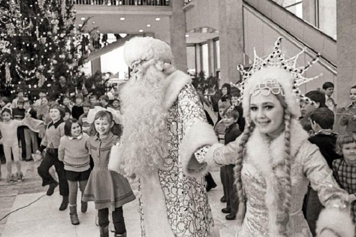 Возле ёлки в Новый год водим хоровод, ёлочка-красавица детям очень нравится.