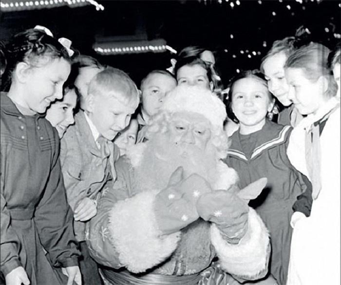 Каждый год дед Мороз приходит в гости к детям с большим мешком подарков и разными веселыми историями.