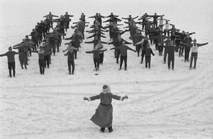 Комплекс утренних упражнений проводит дед Мороз на свежем воздухе.