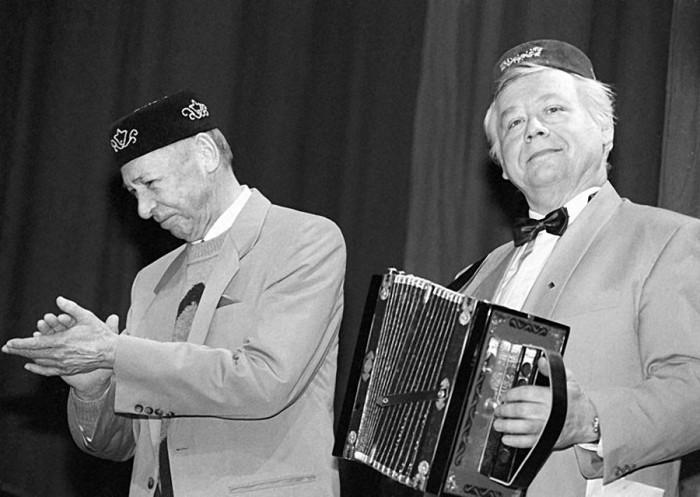 Олег Ефремов и Олег Табаков на сцене МХАТа. 1 ноября 1993 года. Фото Анатолия Морковкина.