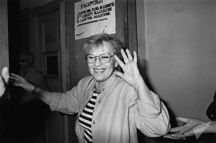 Выдающаяся советская и российская актриса театра и кино. 25 октября 1997 года. Фото К. Карташьяна.