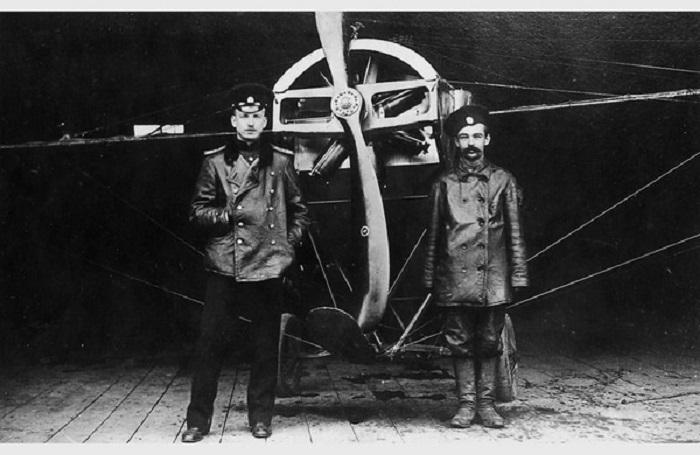Штабс-капитан Петр Нестеров и его механик унтер-офицер Геннадий Нелидов возле самолета «Ньюпорт-IV». 1914 год.