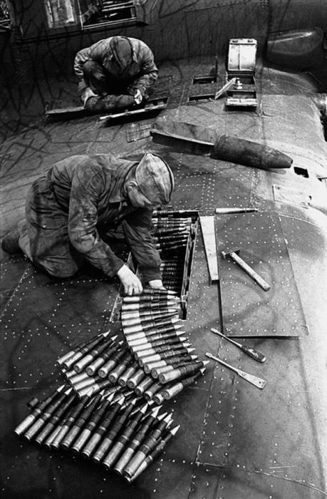 Штурмовой Ил-2 готовят к боевому вылету. 1943 год.