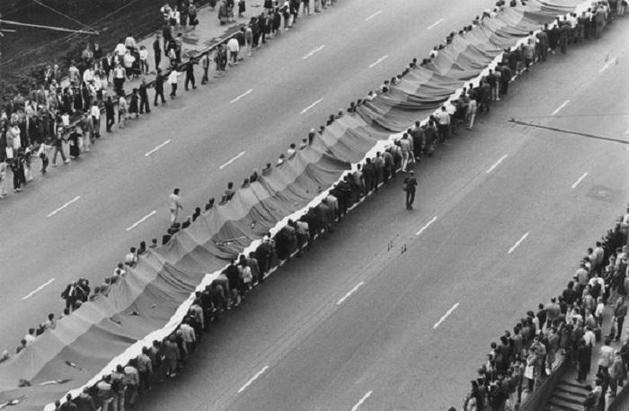 Многотысячное траурное шествие, посвященное захоронению защитников Белого дома. Август 1991 год.