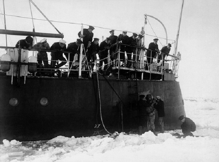 Перед погружением в воды Ледовитого океана. 1913 год.