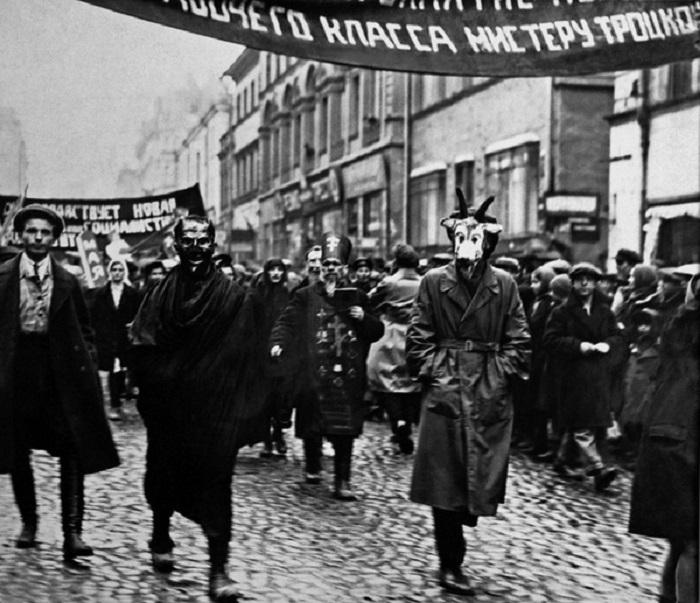 Массовые шествия народа с лозунгами и масками, 1917 г.