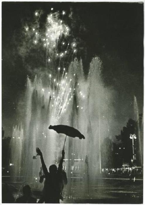 Праздник заканчивается ярким фейерверком. 1979 год.