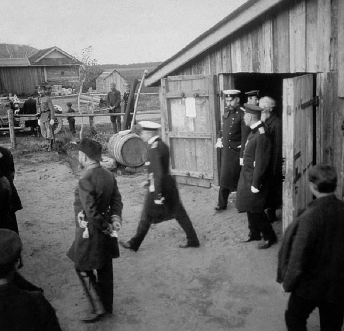 Петр Столыпин во время поездки по селам Московской области. 1910 год.