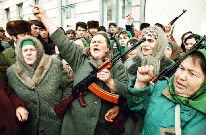 Чеченские женщины протестуют во время антироссийской акции перед зданием парламента. 15 декабря 1994 год.
