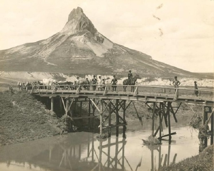 Переправа через мост возле горы Кинжал. 1890-е года.