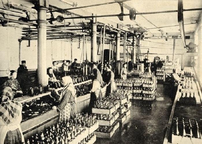 Женщины моют бутылки и подготавливают к разливу пива. 1895 - 1905 года.