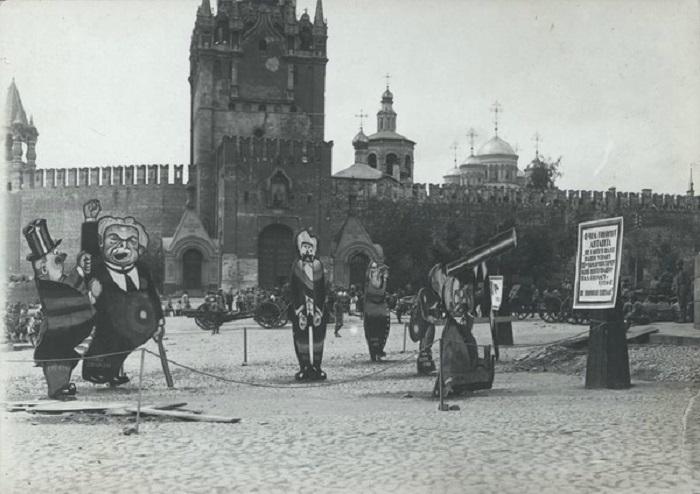 Сатирические рисунки на Красной площади. Между 1919 - 1920.