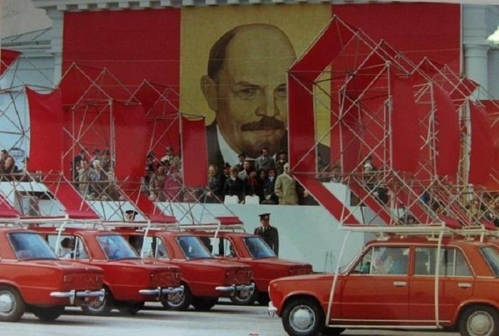 Демонстрация в Тольятти: автомобили ВАС перед правительственной трибуной. 1981 год.